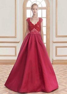 Вечернее платье с красным кружевным лифом