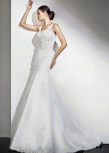 Свадебное платье декорированное цветком от Амур Бридал