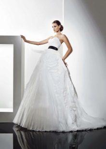 Пышное свадебное платье с черным поясом
