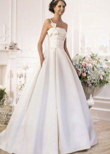 Свадебное платье с одной бретелью из коллекции Idylly от Naviblue Bridal