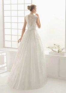 Свадебное платье с ажурной вставкой на спине