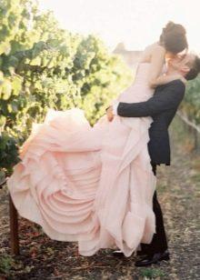 Нежно-розовое свадебное платье невесты