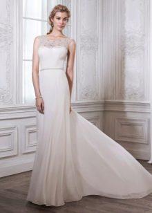 Прямое свадебное платье со шлефом