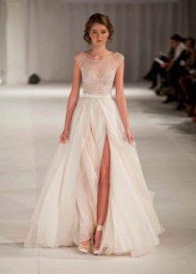 Прямое свадебное платье с разрезом