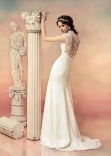 Прямое свадебное платье с кружевной спиной
