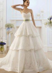 Свадебное платье с поясом зеленного цвета