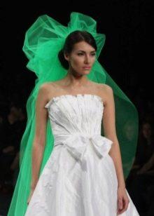 Белое свадебное платье  с зеленой фатой