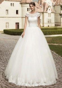 Пышное свадебное платье с вырезом лодочка