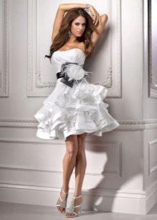 Короткое свадебное платье с черным поясом