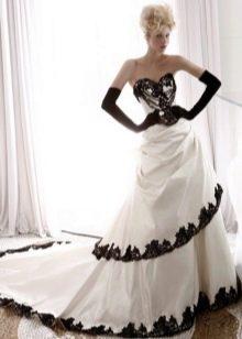 свадебное платье с черным кружевом по краям юбки