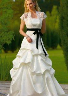 Белое свадебное платье с черным поясом