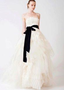 Светлое свадебное платье с черным поясом