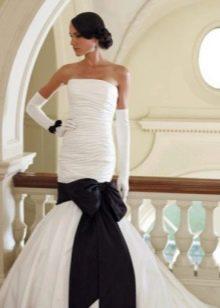 Свадебное платье с черным бантом