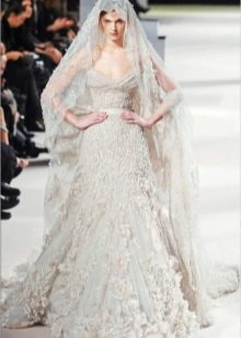 Свадебное платье из кружева с фатой от Эли Сааба