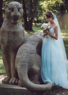 Прямое свадебное платье голубое