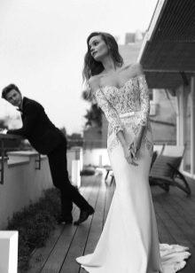 Свадебное платье с кружевом и шлейфом