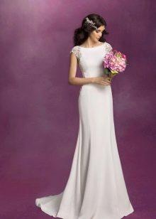Свадебное платье с украшениями в прическе