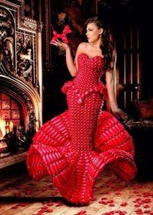 Красное вечернее платье из воздушных шариков
