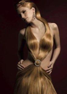 Вечернее платье из волос с глубоким декольте