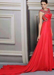 Красное свадебное платье со шлейфом