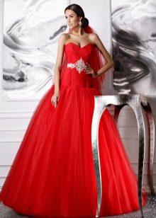 Красное  свадебное платье со шлейфом а-силуэта