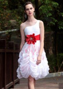 Короткое свадебное платье с красным бантом