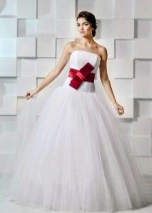 Пышное свадебное платье с красным бантом