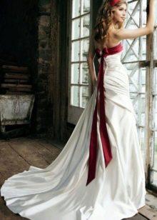 Прическа к бело-красному свадебному платью