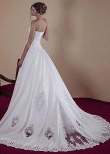 Свадебное платье а-силуэта с кружевным шлейфом