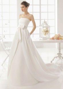 Свадебное платье а-силуэта со шлейфом и бантом
