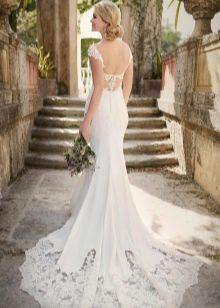 Свадебное платье с открытой спиной и шлейфом