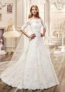 Свадебное платье а-силуэта с коротким рукавом