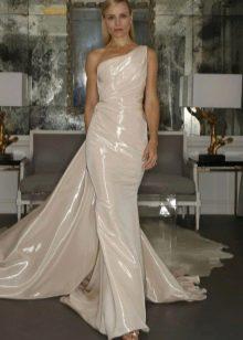 Прямое свадебное платье на одно плечо