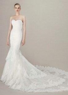 Свадебное платье с многослойным шлейфом из кружева
