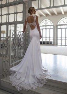 Свадебное платье со шлейфом и открытой спиной