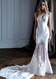 Свадебное платье прямое с кружевным шлейфом