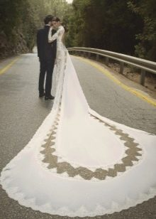 Свадебное платье с длинным шлейфом и кружевом