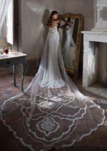 Свадебное платье со шлейфом длинным кружевным