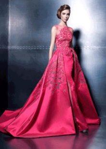 Красное шелковое вечернее платье с кружевом