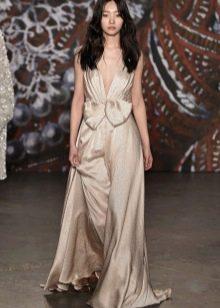 Вечернее шелковое платье с глубоким декольте