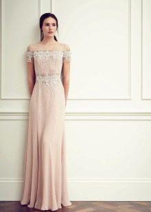 Шелковое вечернее платье с приспущенными плечами