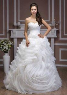 Свадебное платье из коллекции Luxury от Hadassa очень пышное