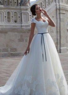 Свадебное пышное платье с тонким контрастным поясом
