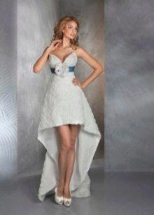 Короткое свадебное платье с цветком на поясе