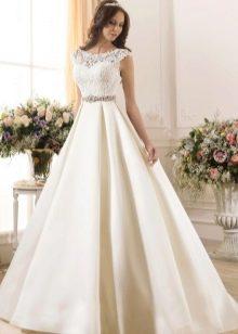 Пышное свадебное платье с поясом из камней