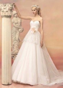 Свадебное платье а-силуэта с цветком на поясе