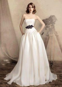 Свадебное платье с контрастными цветами на поясе