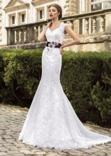 Свадебное платье с аппликацией на поясе