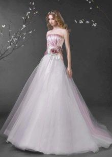 Свадебное платье с бутоньеркой на поясе