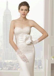 Свадебное платье с цветочными элементами на поясе